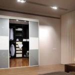 חדר ארונות מעץ עם דלתות הזזה